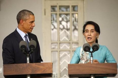 Tổng thống Obama và bà Suu Kyi trong cuộc họp báo chung sau cuộc gặp tại Yangon (Myanmar) ngày 14-11-2014.