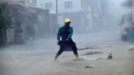 Người dân chống bão ở huyện Bình Đông (Đài Loan) ngày 14-9.