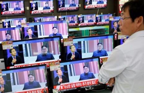 Một nhân viên bán hàng điện máy ở Seoul (Hàn Quốc) xem bản tin nói về vụ thử hạt nhân thứ 5 của Triều Tiên.