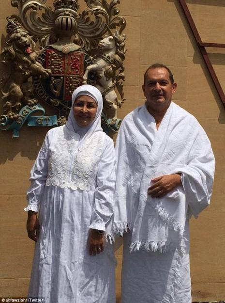 Bức ảnh đại sứ Collis và vợ trong trang phục Hồi giáo trước lãnh sự quán Anh ở Saudi Arabia.