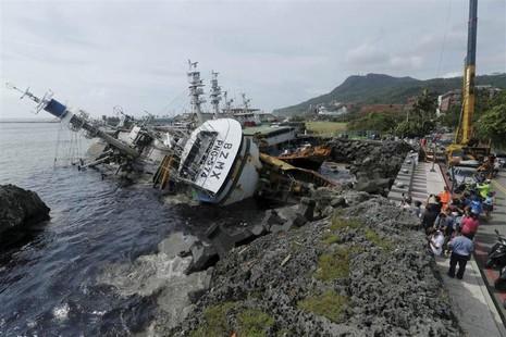 Tàu thuyền lật nhào ở Cao Hùng (Đài Loan) vì siêu bão Meranti.