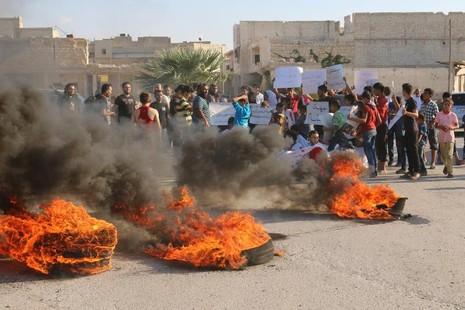 Người dân Aleppo biểu tình ngày 14-9 gần tuyến đường Castello yêu cầu phe chính phủ mở đường cho cứu trợ tiếp cận Aleppo.
