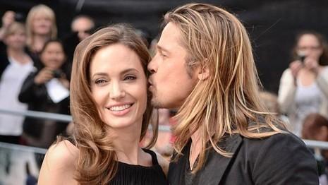 Cặp đôi Angelina Jolie – Brad Pitt ngày còn êm ấm bên nhau.