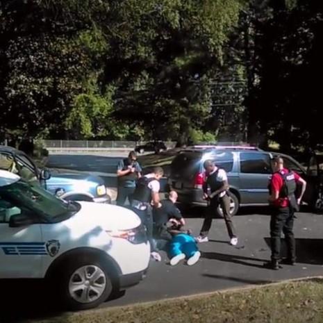 Cảnh cắt ra từ video cho thấy anh Keith Scott bị cảnh sát bắn chết ở Charlotte.