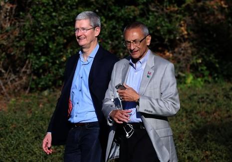 Chủ tịch tranh cử của bà Clinton – ông John Podesta (phải) và Tổng Giám đốc Apple Tim Cook trong buổi vận động gây quỹ cho bà Clinton 24-8.