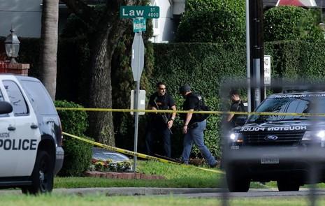 Cảnh sát điều tra tại hiện trường xả súng.