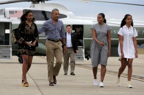 Gia đình Tổng thống Obama tại sân bay quân sự Cape Cod (bang Massachusetts) ngày 21-8-2016.