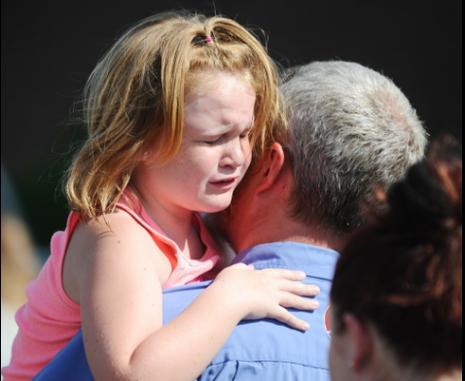 Phụ huynh đến trường đón con sau vụ xả súng.