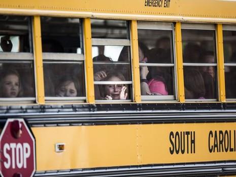 Học sinh được sơ tán trong sợ hãi.