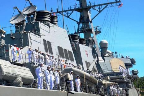 Tàu khu trục trang bị tên lửa dẫn đường USS John S. McCain của Mỹ tại cảng Tiên Sa (Đà Nẵng).
