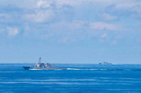 Hai tàu khi trục tên lửa USS Spruance và USS Decatur tập trận tăng khả năng tương tác cùng tàu đổ bộ tấn công USS Bonhomme Richard trên biển Đông.