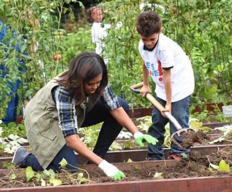 Đệ nhất phu nhân Obama hướng dẫn học sinh thu hoạch khoai tây.