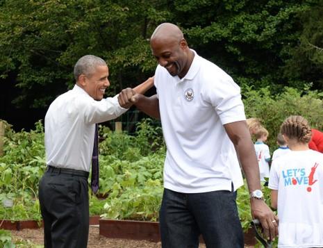 Tổng thống Obama chào hỏi cầu thủ bóng rổ giải nghệ Alonzo Mourning.