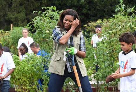 Đệ nhất phu nhân Michelle Obama nghỉ lấy hơi trong khi đào thu hoạch khoai tây với các học sinh.