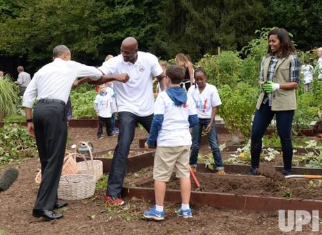 Tổng thống Barack Obama bất ngờ đến thăm buổi thu hoạch và chào hỏi Alonzo Mourning.