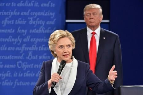 Ông Trump nói bà Clinton di chuyển khắp nơi trên sân khấu chứ ông không chiếm không gian của bà.