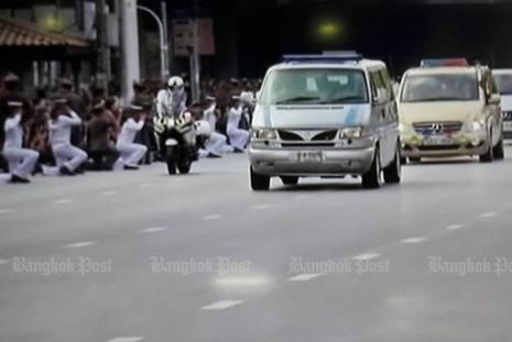 Đoàn xe chở di hài Quốc vương Bhumibol Adulyadej rời bệnh viện về hoàng cung.