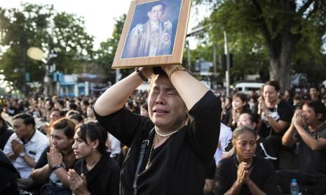 Người dân đón di hài Quốc vương Thái Lan Bhumibol Adulyadej trong đau đớn.