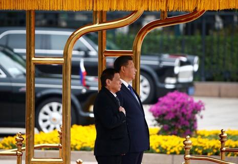 Tổng thống Philippines Rodrigo Duterte (trái) và Chủ tịch Trung Quốc Tập Cận Bình tại Đại lễ đường nhân dân ở Bắc Kinh (Trung Quốc) ngày 20-10.