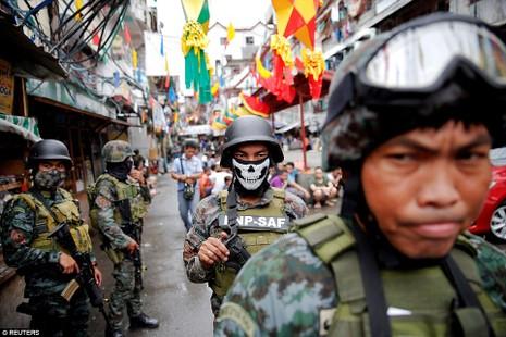 Lực lượng an ninh soát nhà, lùng bắt tội phạm ma túy ở Manila (Philippines).