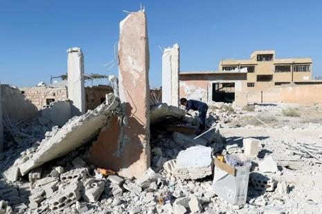 Trường học tan hoang sau không kích.
