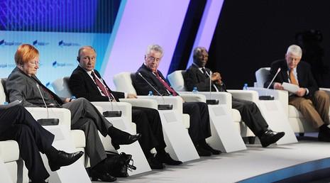 Tổng thống Nga Putin (thứ hai bên trái) thảo luận cùng các chuyên gia tại Câu lạc bộ thảo luận quốc tế Valdai tại Sochi (Nga) ngày 27-10.