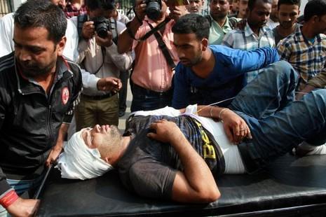 Cấp cứu một người dân Ấn Độ bị thương trong cuộc giao tranh ở Kashmir ngày 1-11.