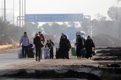 Người dân Syria lầm lũi di tản khỏi Aleppo cuối tuần rồi. 6 năm nội chiến Syria chưa biết chừng nào kết thúc.