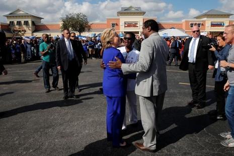Bà Clinton gặp người ủng hộ tại bang North Carolina ngày 2-11.