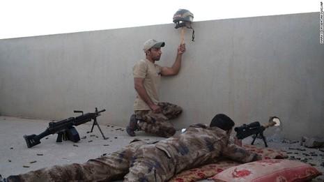 Một lính đặc nhiệm Iraq dùng mũ bảo hiểm thu hút chú ý để lính bắn tỉa triệt hạ IS tại làng Gogjali phía đông Mosul ngày 3-11.