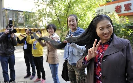 Bà Ni Linmei rất hiếm khi xõa tóc vì vướng víu.