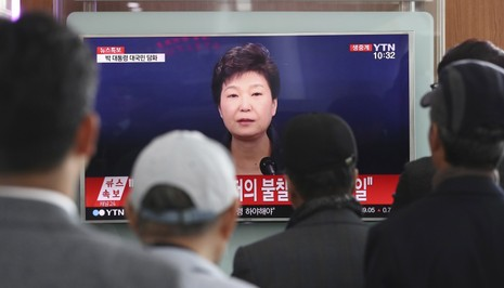 Dân Hàn Quốc xem Tổng thống Park Geun-hye nhận lỗi và chấp nhận điều tra trên truyền hình ngày 4-11.