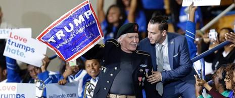 Người đàn ông ủng hộ Trump được đưa ra khỏi khu vực.