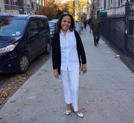 Một phụ nữ mặc vest Clinton đi bỏ phiếu bầu tổng thống.