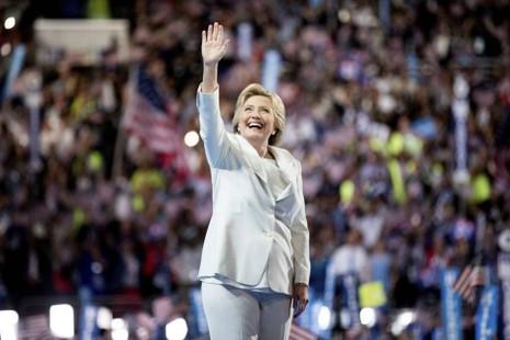 Bà Clinton trong trang phục vest quen thuộc.