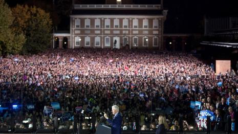 Cựu Tổng thống Bill Clinton vận động cho vợ trong làn kính chắn đạn tại TP Philadelphia ngày 7-11