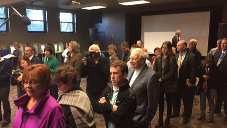 Tỷ phú Warren Buffett xếp hàng chở bỏ phiếu ở TP Omaha (bang Nebraska).