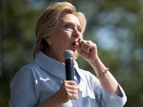 Bà Clinton dừng lại để ho tại một buổi phát biểu ngày 5-9.