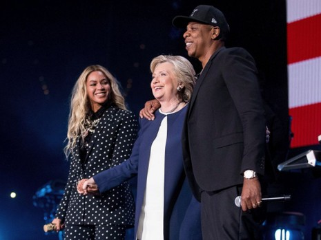 Vợ chồng ca cĩ Beyonce và Jay-Z vận động cùng bà Clinton ngày 4-11.