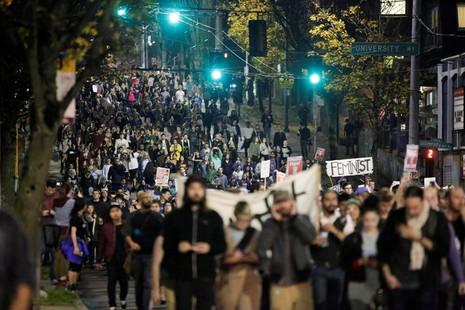 Người dân Mỹ biểu tình phản đối Trump trên đường phố Seattle khuya 10-11.