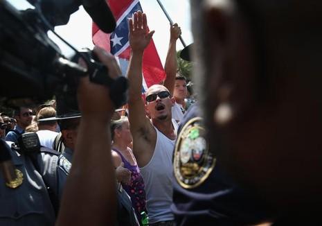 Các thành viên Ku Klux Klan biểu tình trước nghị viện bang South Carolina ngày 18-7-2015.