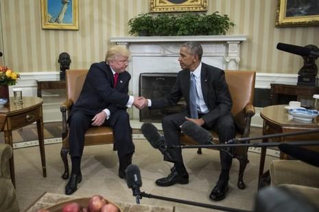 Đương kim Tổng thống Obama (phải) tiếp Tổng thống đắc cử Trump tại Nhà Trắng ngày 10-11.