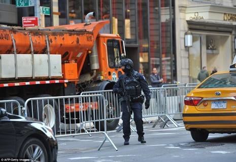 Cảnh sát chống khủng bố New York tuần tra bên ngoài cao ốc Trump Tower.