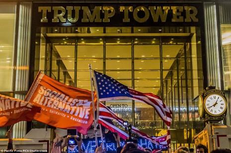 Biểu tình phản đối Trump trước Trump Tower.