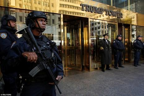 Cảnh sát New York canh gác trước cao ốc Trump Tower.