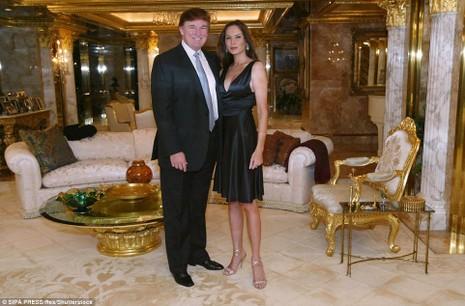 Ông Trump và vợ tại căn hộ penthouse dát vàng trong cao ốc Trump Tower năm 2003.