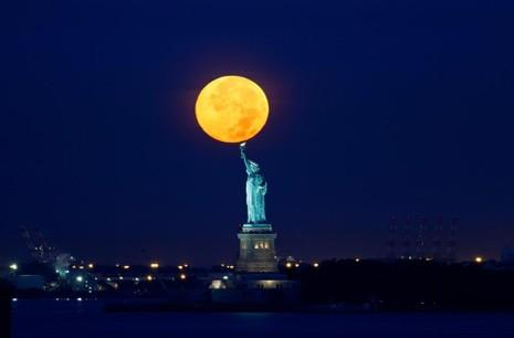 Siêu trăng trên tượng Nữ thần Tự do ở New York (Mỹ) năm 2015.