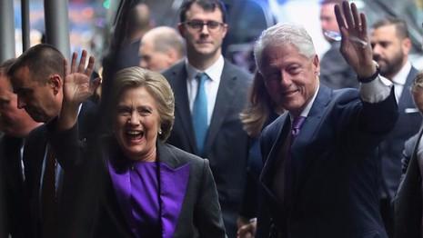 Bà Clinton và chồng là cựu Tổng thống Bill Clinton trong buổi phát biểu nhận thua ngày 9-11.