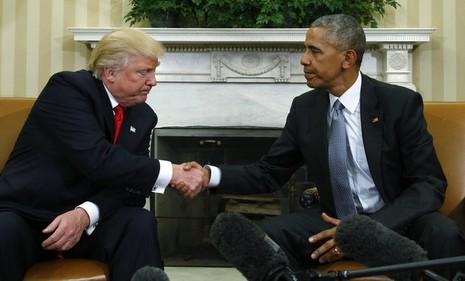 Tổng thống Obama (phải) và ông Trump trong cuộc gặp tại Nhà Trắng ngày 10-11.
