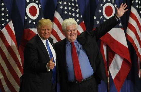 Ông Newt Gingrich (phải) và ông Trump trong một cuộc vận động tranh cử tháng 7 ở Ohio.